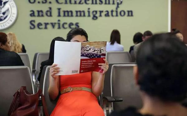 """USCIS alerta sobre procesos de """"green card"""" y naturalización"""