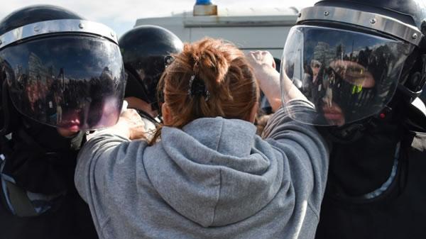 Francia pide a Rusia que libere a cientos de manifestantes detenidos