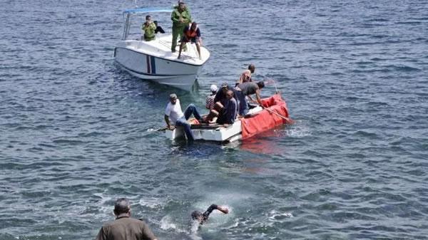 27 migrantes navegaban hacia Florida en barca rústica. Los detuvieron y serán deportados