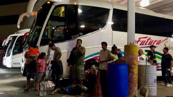 Migrantes evalúan opciones mientras México los transporta desde la frontera de EE.UU.