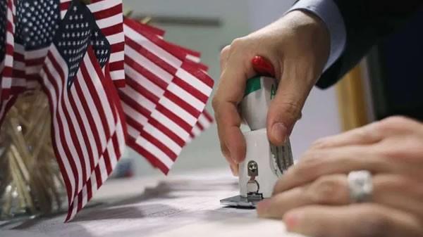 Lyft y Uber donan dinero para ayudar con ciudadanía de inmigrantes en Seattle