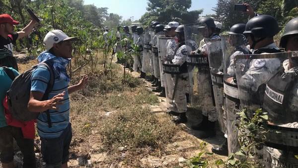 """Agentes de EEUU refuerzan """"el muro de AMLO"""" para contener a la caravana migrante"""