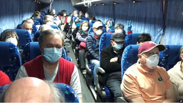 Regresan estadounidenses atrapados en crucero por cuarentena en Japón