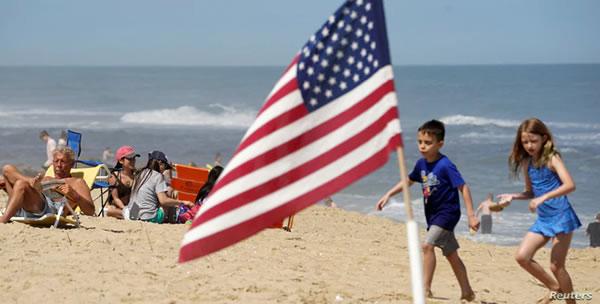 Distancia social por COVID-19 altera primer fin de semana largo a puertas del verano en EE.UU.