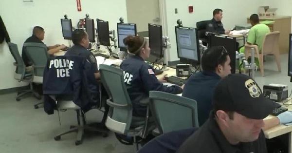 ICE ordena a estudiantes irse del país si no tienen clases presenciales o serán deportados