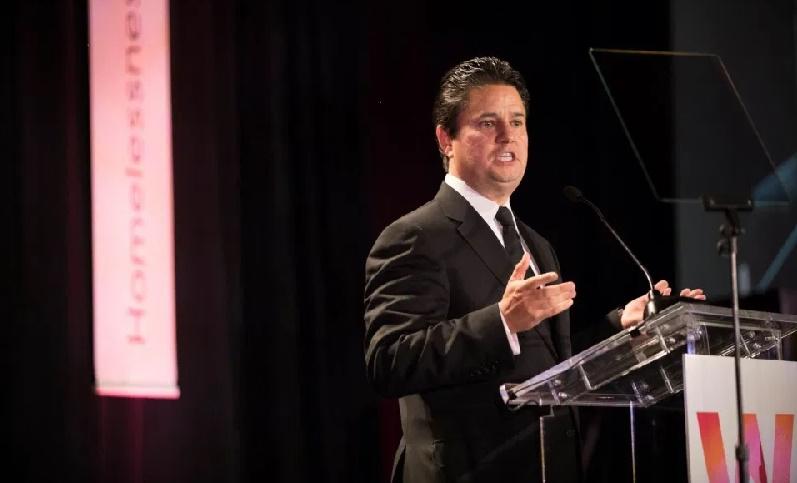 Hijo de inmigrantes alcanza alto rango en Banco de América