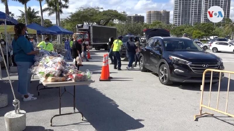 """""""Hay necesidad"""": hispanos en EE.UU. reciben donaciones de pavos para Acción de Gracias"""