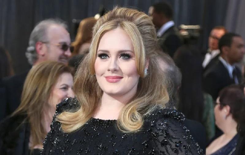 Adele celebra 33 años, sin maquillaje y presumiendo esbelta figura
