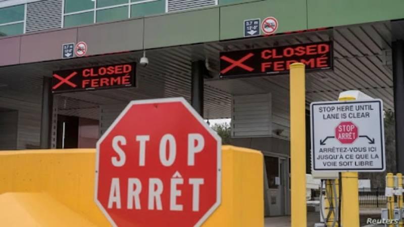Dos puntos de control fronterizos canadienses se ven cerrados después de que se anunció que la frontera con EE. UU. se cerraría al 'tráfico no esencial', en el Puente de las Mil Islas en Lansdowne, Canadá, el 19 de marzo de 2020. / Foto: Reuters.